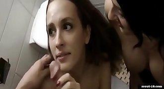 Zwei geile Teens teilen sich einen dicken Schwanz im Badezimmer ..::scout-18.com